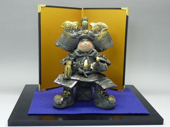 瀬戸焼 陶器の五月人形細川智晴作 黒土 若武者屏風・敷板付き
