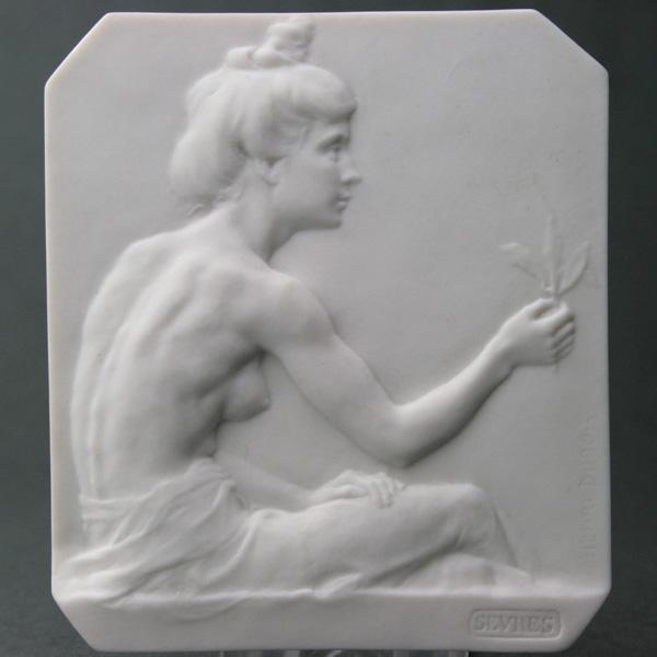 セーブルビスキュイプラーク花を持つ少女ブランド陶磁器 壁掛 彫刻フランス SEVRES