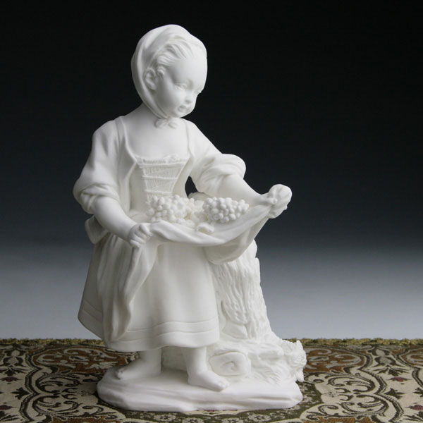 セーブル磁器人形 エプロンを掛けた少女 白磁フランス SEVRES