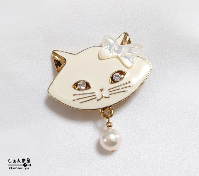 白猫 お耳にリボン シェル を付けた可愛い白猫にゃんこと極上あこや本真珠帯留め 和装 猫 キャット 完売 かわいい パール 期間限定特価品