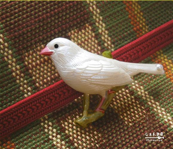 愛くるしい表情の白文鳥の帯留めです 業界No.1 愛くるしい白文鳥 返品不可 本真珠 あす楽対応 帯留め