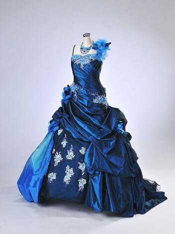 blue-008 大人の女性におすすめの一枚 エレガントにかわいさをプラスしたカラードレスは濃いブルーの色合いがスッキリとみせてくれます ご自宅での試着サービスあり 公式ストア ウェディング用カラードレス 15~19号 ダークブルースパンコールフワラー刺繍 送料無料 ウェディング お色直し 小物セットレンタル可能 お買い物マラソン パニエ付 レンタル 披露宴 格安 カクテルドレス 本物