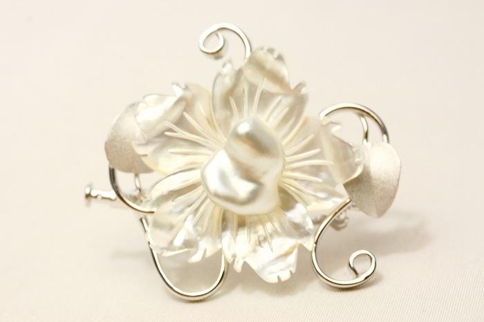 南洋白蝶真珠パールブローチ ケシ 12×11mm ホワイトカラー