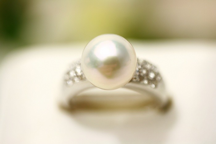 アコヤ真珠パールリング【指輪】 9.0-9.5mm ホワイトピンクグリーンカラー K18WG製/D0.28ct