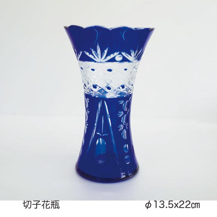 透明なブルーが鮮やかにアクセントを付けます セール商品 手作りカットで丁寧位に仕上げています 切子花瓶 木製スプーンをプレゼント中 トラスト 羽反