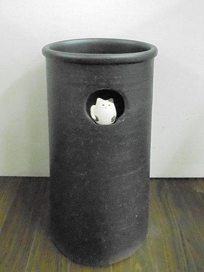 信楽焼き 傘立て 小窓 まねき猫信招き猫 ネコ ねこ キャット レインラック信傘 アンブレラスタンド 手作り 陶器 三角 おしゃれ オシャレ スリム