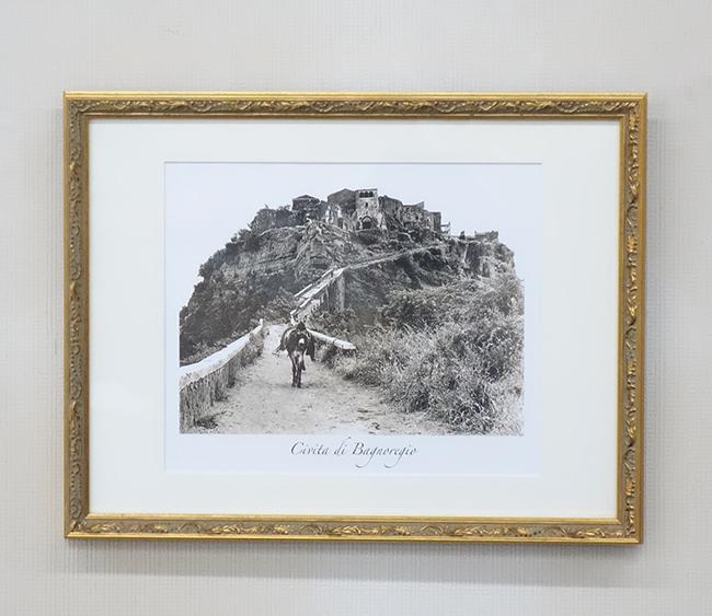 【送料無料!!】【即納可!!】新入荷しました♪イタリア製 「チヴィタ・ディ・バニョレージョ」壁掛け 風景写真 額入り モノクロ