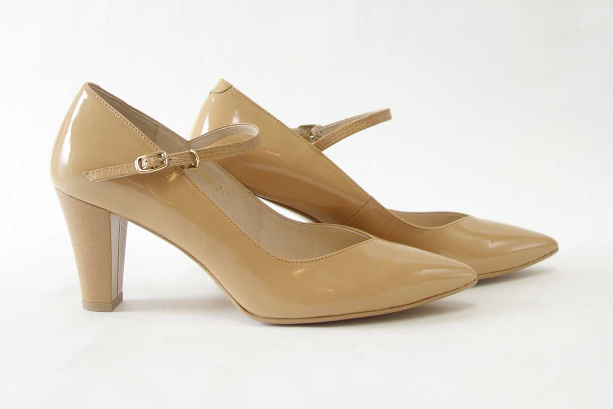 EIZO エイゾー 17042 ベージュエナメルストラップ付きポインテッドVカットパンプス「靴」