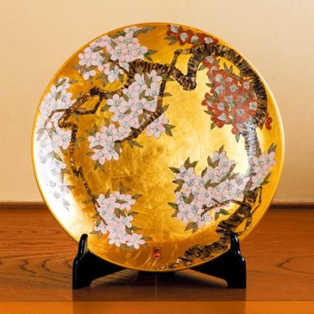 有田焼琥山窯主 小野達郎作 金欄手飾り絵皿『桜』木製皿立てつき【通販・販売】