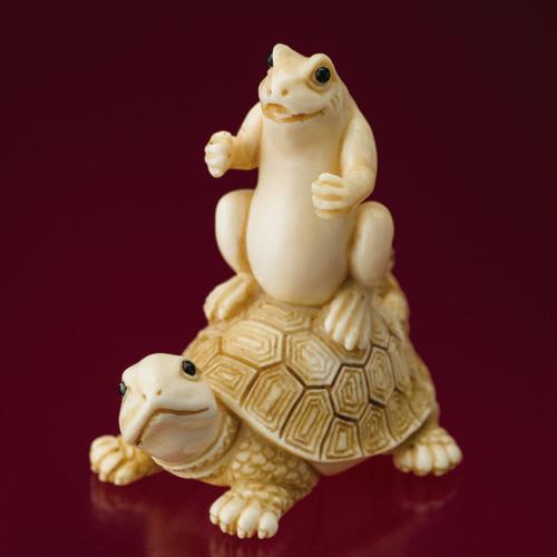 朱忠盛 マンモス牙根付『亀蛙同舟(きあどうしゅう)』【根付】【通販・販売】