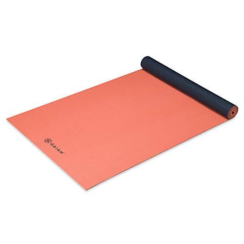 ヨガマット フィットネス 05-62609 Gaiam Yoga Mat Classic Solid Color Reversible Non Slip Exercise & Fitness Mat for All Types of Yoga, Pilates & Floor Workouts, Guava Navy, 4mmヨガマット フィットネス 05-62609