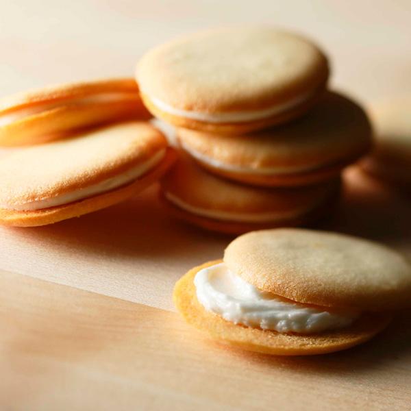 北海道ミルクラングドシャ 12枚入り 【シーキューブ-C3-】北海道の素材のおいしさがギュッと詰まったクッキーです。贈り物    お菓子 焼菓子 スイーツ 詰め合わせ ギフト お取り寄せ 手土産 内祝い プレゼント 洋菓子 母の日 入学祝い お返し