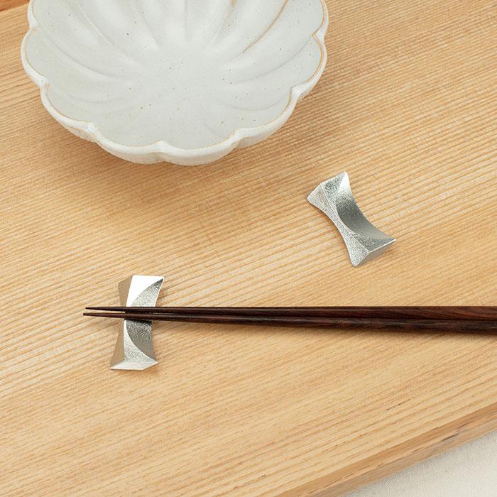 洗練されたデザインの 月 の箸置 能作 メーカー直営 1ヶ入 箸置 正規認証品!新規格 直営店限定 安全 公式オンラインショップ -