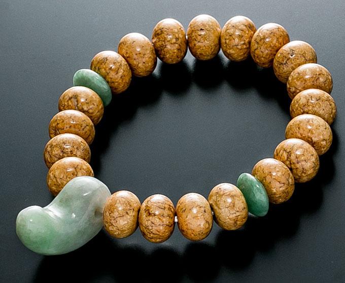 【10%割引クーポン配布中】 数珠ブレスレット 天竺菩提樹 9×12mm みかん玉 翡翠仕立 勾玉入 腕輪念珠 内径17.5cm 桐箱入