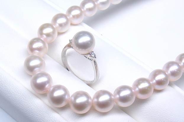 《真珠大卸からの直販》■結婚祝いをコンセプトに特別に選別を重ねた経年変化に強い珠質■花珠真珠3点セット[ホワイト系ピンクグリーン]8.0-8.5mm【送料無料】