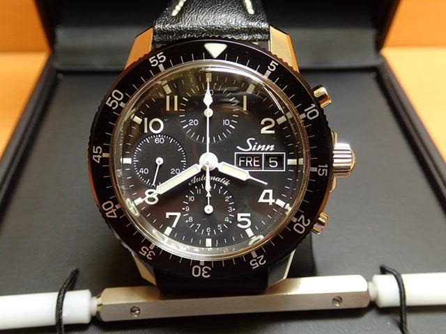 ジン 腕時計 SINN 103.B.AUTO 優れた視認性、刻時・計時精度を誇るきわめてシンプルなダイヤルを備えた実用的なクロノグラフ。まさにジンの基本精神を表すモデルです。