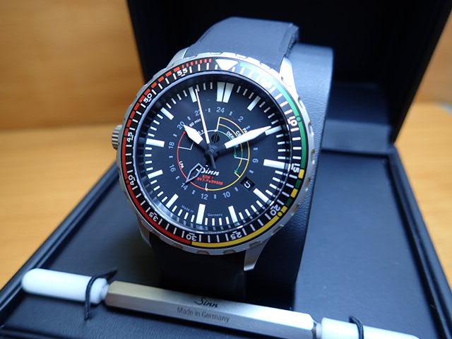 ジン 腕時計 Sinn 857.EZM7.R消防隊やレスキュー隊のミッションタイマーとして、救出開始後最初の1時間の時間配分をひと目で判別できる色分けされた回転ベゼルを装備しています