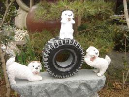 全部石彫刻品でできた台付きタイヤに乗った3匹の犬【ガーデニングオーナメント】
