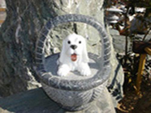 【送料無料】かごに乗ったキュートな犬の彫刻品♪(小)【犬の置物】石の犬を飾ってね♪【ガーデニングオーナメント】