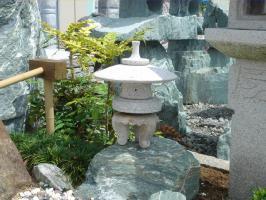 【送料無料】雪見燈籠(1尺・丸型)【錆び石】日本庭園の定番商品!!こちらのサイズは坪庭や玄関まわりなどにピッタリです♪
