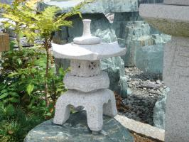 【送料無料】雪見燈籠(1尺・角型)【錆び石】日本庭園の定番商品!!こちらのサイズは坪庭や玄関まわりなどにピッタリです♪