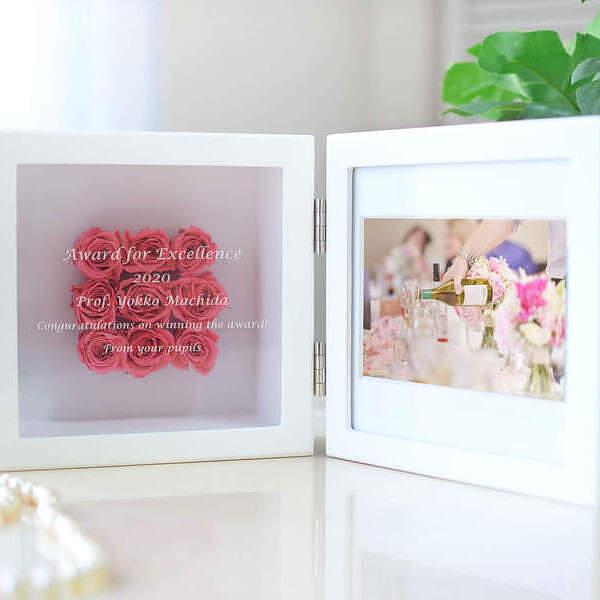 二十歳の今をプリザに託した誕生日プレゼント 美しい姿をガラスに刻んだメッセージといつまでも美しいプリザのバラと共に残す贈り物です 名前や日付に加えて 励ましや愛のメッセージな 送料無料 名入れ 女性に贈るモダンなお花の受賞 アウトレットセール 特集 プリザーブドフラワー 写真とお花と記念やお祝いのメッセージが入る記念品 スクエアフレーム ピンク テレビで話題 表彰プレート