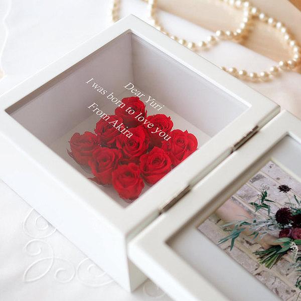 二十歳の今をプリザに託した誕生日プレゼント 美しい姿をガラスに刻んだメッセージといつまでも美しいプリザのバラと共に残す贈り物です 名前や日付に加えて 励ましや愛のメッセージな 送料無料 名入れ 売店 ガラスに刻んだメッセージを贈る プリザーブドフラワー スクエアフレーム ずっと美しい赤いバラと 公式ストア プリザのようにいつも変わらず美しい方への還暦のお祝いに レッド