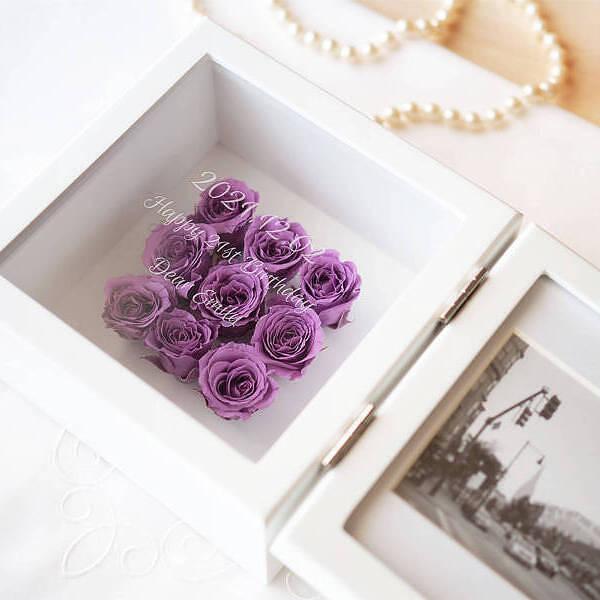【送料無料】【名入れ】彼女への二十歳の誕生日プレゼント、娘の成人祝いに プリザーブドフラワー スクエアフレーム バイオレット 名入れプリザの写真たて 美しい成人式の記念写真は花と記念のメッセージ入りで