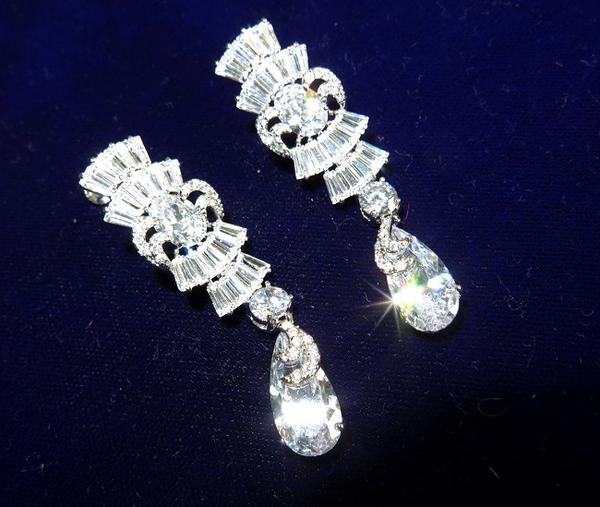豪華キュービックジルコニアボリューミーなイヤリングダイヤモンドと同じ輝きフォーマルやパーティーにシャイニーに揺れるティアドロップジュエリーケース付き