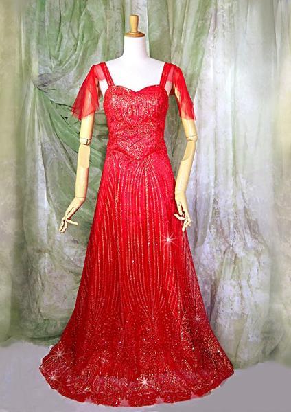 艶やか紅ラメ輝くステージ・パーティードレス広がる裾のたっぷりチュールレースボリューミーで輝く大輪の花のようなロングドレススタイリッシュに豪華に装う