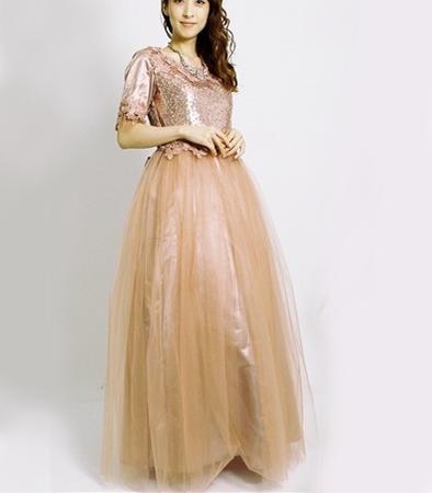 ピンクゴールドのイブニングドレススパンコールと花刺繍妖精のように装う大人のピンクシフォンレースたっぷりスカートステージ・リサイタルドレスフォーマル・お色直しブライダル・カラオケ