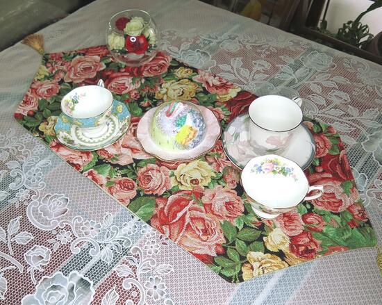 ルネサンス調の豪華なインテリアを楽しむおしゃれな味付けをリビングに バラのテーブルランナーゴブラン織りの重厚感で艶やかなるテーブルセッティングヨーロピアンローズの薔薇咲き誇るクッション効果で大事な家具や食器を守る 誕生日プレゼント 人気ショップが最安値挑戦 ソファや椅子のデコレーションにも