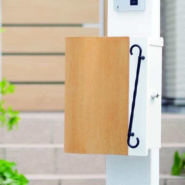 【ポスト】【郵便ポスト】【壁掛け】【ポスト 壁付け】ナチュラル好きの木目調郵便受け「クーヴル」アイアン調の取っ手も可愛いデザイン【A4対応】【POST】【送料無料】