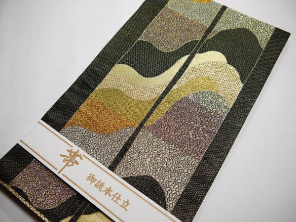 西陣(株)かるべ織物謹製 仕立上り 袋帯 万能タイプ 黒地に金通し 抽象柄