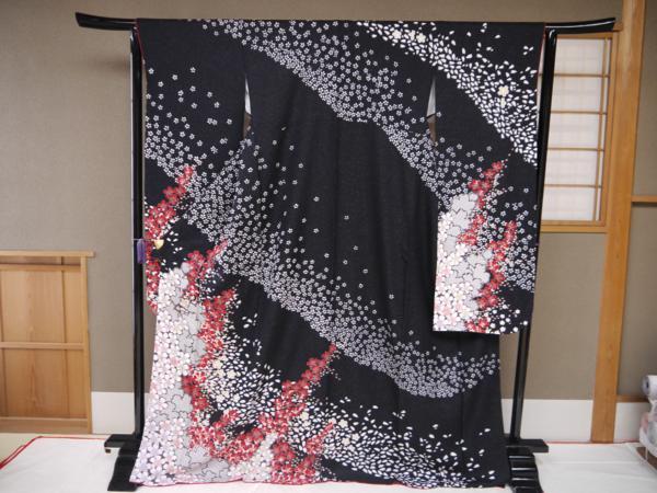 黒地に桜吹雪の柄を ほとんど赤と白とグレイと金箔だけで描いたとても豪華な本格派の振袖です 仕立て上がり 訳あり 最高級 即出荷 桜吹雪 朧絞り調 誕生日 お祝い 振袖 黒地 正絹