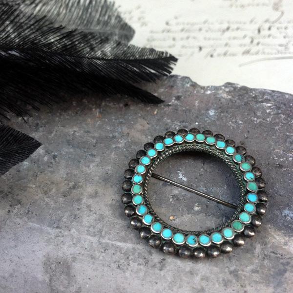 Vintage Silver×Turquoise Brooch by Frank Dishta(フランク ディシュタ ヴィンテージ シルバー×ターコイズ ブローチ)ズニ族zuniインディアンジュエリーネイティブアメリカンアンティークアクセサリーindian jewelryラウンド