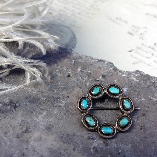 Vintage Silver×Turquoise Brooch (ヴィンテージ シルバー×ターコイズ ブローチ)ズニ族zuniインディアンジュエリーネイティブアメリカンアンティークアクセサリーindian jewelryハンドワークシルバー伝統工芸品