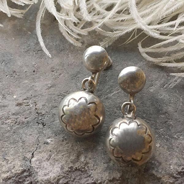 Navajo Pearl Silver Earrings(ナバホパール シルバーイヤリング) ナバホ族インディアンジュエリーネイティブアメリカンアンティークアクセサリーレディースメンズindian jewelryシルバーアクセ銀スタンプワークねじ式ダングルタイプ