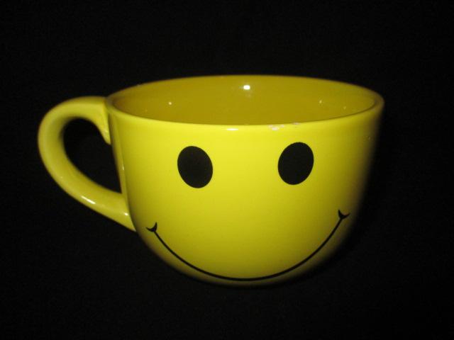 可愛いスマイルのマグカップです 購買 ビンテージ スマイル スマイリー 人形 激安格安割引情報満載 マグカップ オールド フィギュア