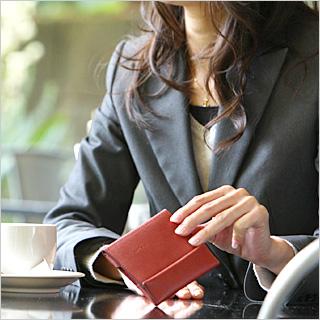 有薄的钱包abrAsus(虻拉萨)女子的硬币袋的对开的薄型女士钱包。追究携带性,功能性,设计性平衡的受欢迎的皮革钱包。在给女性的礼物,也推荐的女性用的钱包。超级市场古典