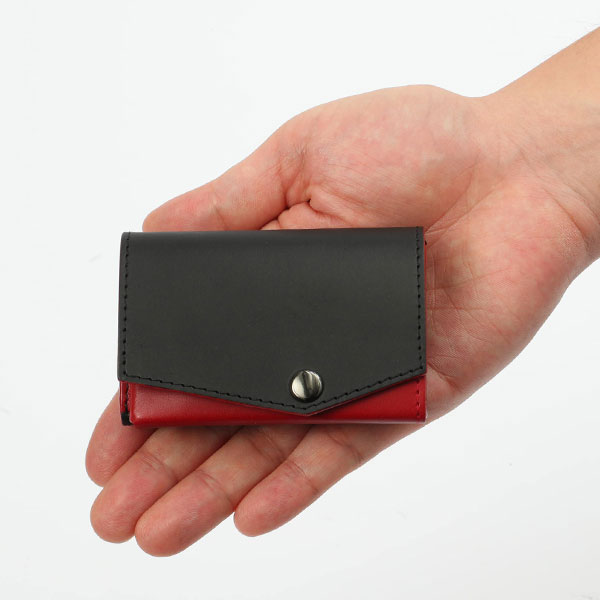 【小さい財布 『ウルトラマン』「科学特捜隊 流星マークモデル」】ウルトラマン科学特捜隊 流星マークと、ほぼカードサイズの極小財布「小さい財布 abrAsus」がコラボ。札入れ、コインケース、カードケースが三つ折り革財布に。アブラサス、プレゼント、ギフトに