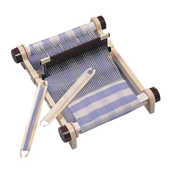 単三電池 2本 おまけ付き自宅で手軽に織物を 心のこもったオリジナル作品づくり 気軽に まとめ買い特価 バッグやひざ掛けなどオリジナルが作れミシンとは違った味のある作品に仕上がります 35%OFF 手織機で心のこもったプレゼントも作れますよ 商品寸法:W41×D33×H12cm 手軽に自宅で織物が楽しめる卓上手織機