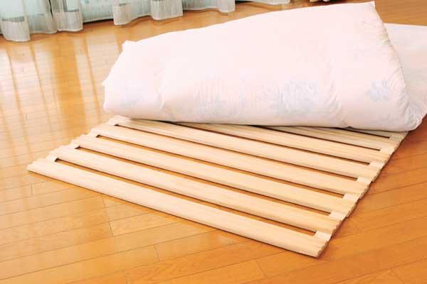 丸めることで部屋の隅に収納できる省スペース設計のロール式すのこベッド! ダブル