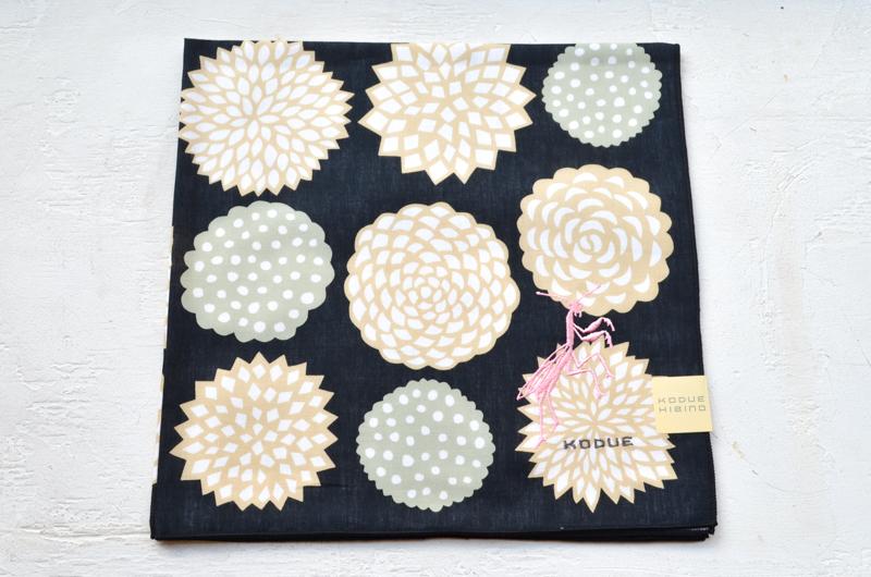 かまきりの刺繍が美しい 花 KODUE HIBINOシリーズ ブラック 送料込 ハンカチ 刺繍入り 日本製 綿100% セール特別価格 2枚合わせ 定形外郵便発送
