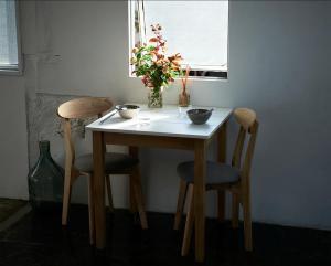 ダイニングテーブル ホワイト×ナチュラル 幅68 単品 幅68×奥行68×高さ72cm リビングダイニング 2人がけ 2人掛け 2人用 二人掛け カフェテーブル 作業台 コンパクト 省スペース 一人暮らし ワンルーム