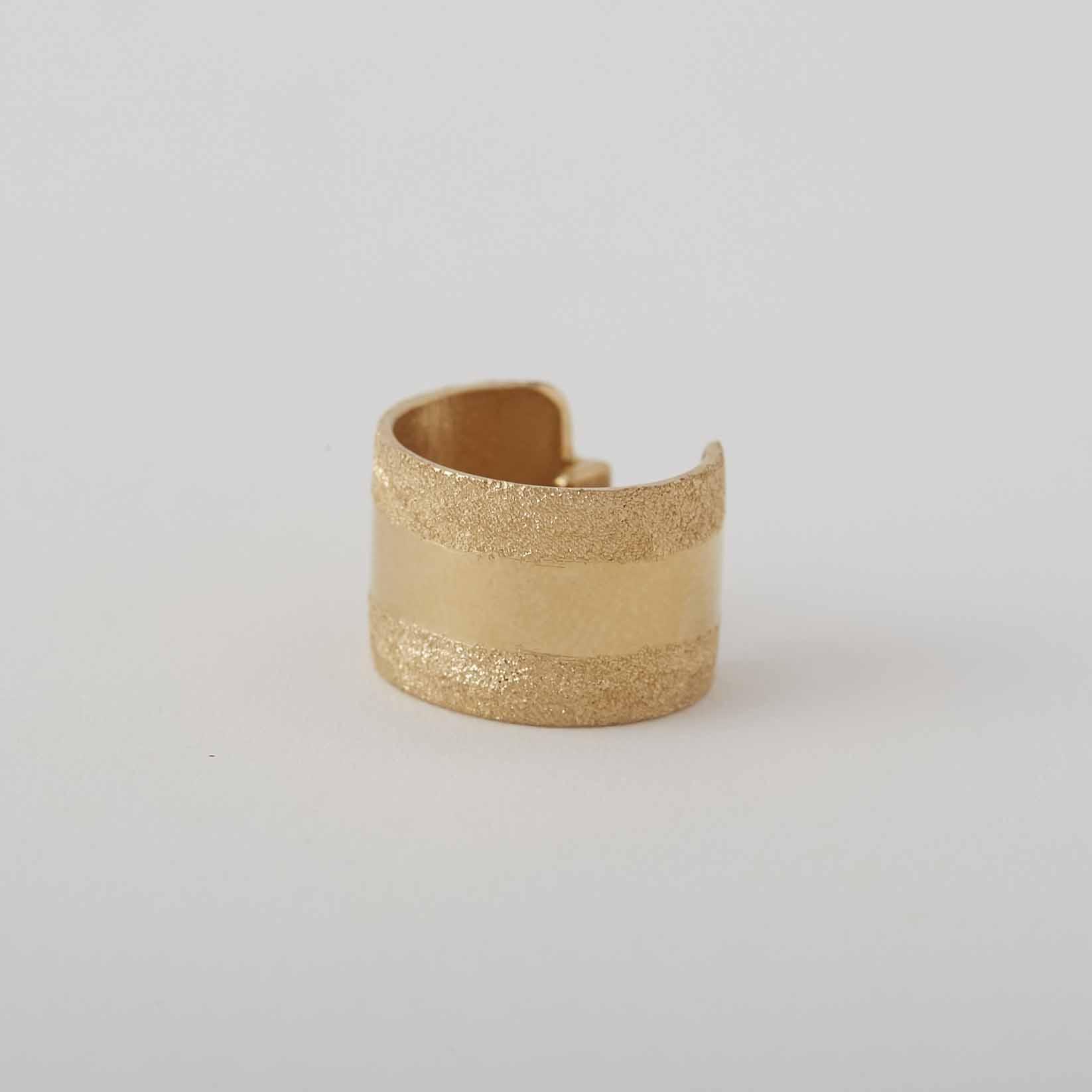 ダイヤモンドダストのような輝きを放つイヤーカフ hatsuyume  jewelry  objects/diamond dust ear-cuff stripe Gold