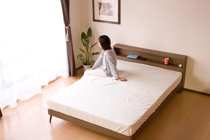 【送料無料】 北欧テイスト棚・コンセント付きダブルベッド/Mob ボンネルマットレス付き ローベッド 木製ベッド ダブル ベッド ダブルサイズ 北欧風 FORM ローベッド 北欧 ベッドフレーム マットレス付き すのこベッド 2口コンセント