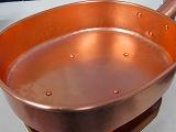 銅製十能、国内最高級品、全長41cm、銅製、 使い込むほど味の出る純銅製の高級十能です。火鉢や囲炉裏に、旅館や料亭でもお勧めです。銅特有の高級感があり使い込むと落ち着いた色に変わっていきます。火越し器と重ねてお使いください。