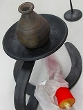 明珍燭台、ろうそく台、和ろうそく1本、民芸1輪さし付第52代明珍宗理さん作 鉄を何度も打ち叩いて作る鍛造品で日本の誇れる伝統工芸品です。同じ物は2つとしてありません