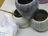 信楽焼手火鉢 3個セット オリジナルカラー3色 H12cm×W13cm 底ネンド1kg そこ砂1kg 真鍮火箸 浄水竹炭5枚付